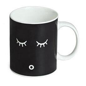 Estas tazas mágicas son inteligentes. Si el café está caliente cambiará de color, si no continuará negra.